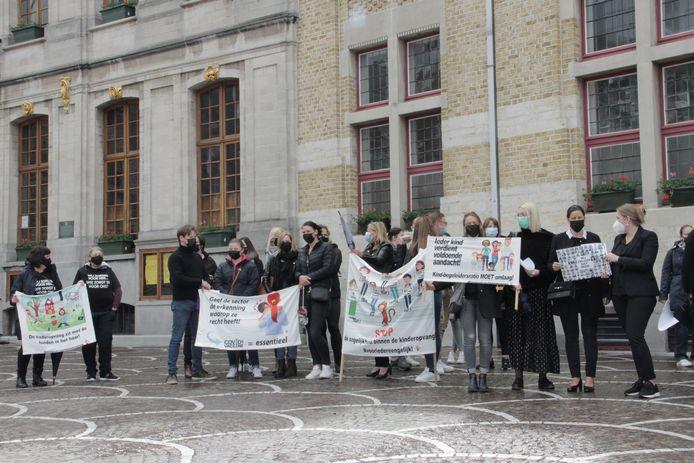 Kinderopvanginitiatieven uit heel de provincie kwamen in Roeselare protesteren om de onderlinge ongelijkheid aan te kaak te stellen.