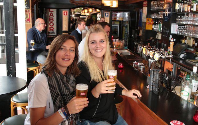 Bar des Amis in betere tijden, toen het café uitgebaat werd door Kim Debue en Aurélie Blieck. Zij namen enkele jaren geleden afscheid.