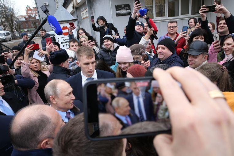 Poetin recentelijk op bezoek bij een parachutefabriek, waar hij over het presidentschap zei: 'U begrijpt natuurlijk dat iemand in mijn positie zijn functie niet ziet als een baan, maar als lot. Zo kijk ik er ook naar.' Beeld Getty Images