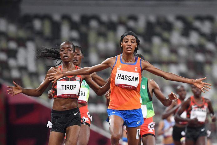 Sifan Hassan komt als eerste over de streep bij de 5000 meter.