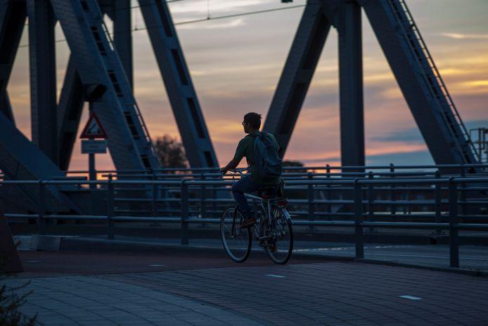Een fietser op de Oude IJsselbrug in Zutphen.