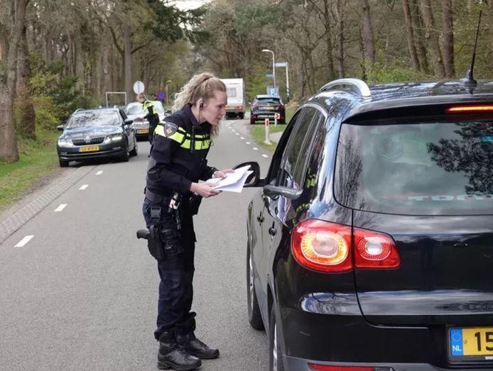 De politie tijdens het passantenonderzoek na het eerste zedenincident op camping Kampeerdorp de Zandstuve, eind april.