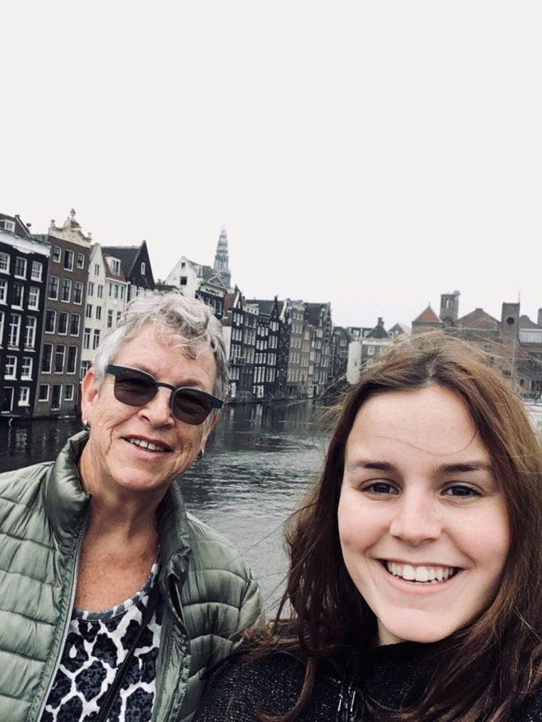 Xena Van Tiggelen (19) en haar oma Marianne Kuijlen (70), toen ze elkaar nog mochten zien.