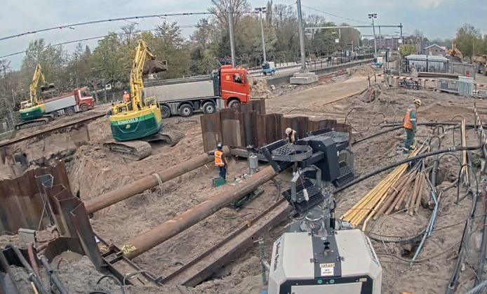 Op het station van Gorinchem wordt de tunnelbak uitgegraven. De damwanden hiervoor werden het voorbije weekeinde geslagen.