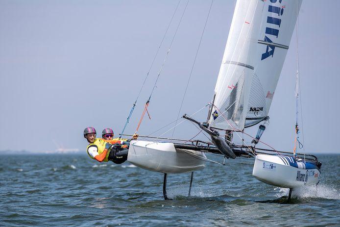 Laila van der Meer en Bjarne Bouwer waren in Medemblik de concurrentie in de Nacra17 te slim af.