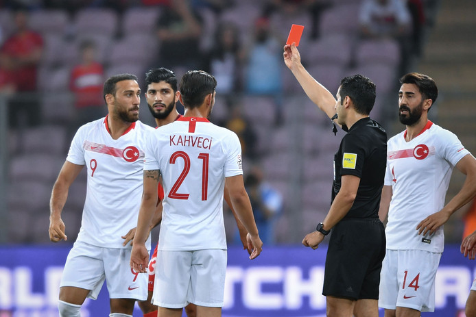 Cenk Tosun (links) krijgt rood.