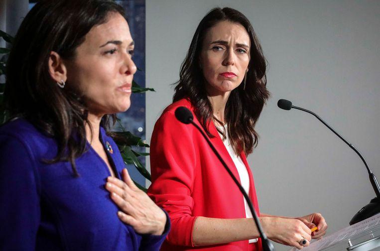 De Nieuw-Zeelandse premier Jacinda Ardern (rechts) houdt een persconferentie met Facebook-COO (Chief Operating Officer) Sheryl Sandberg in New York.