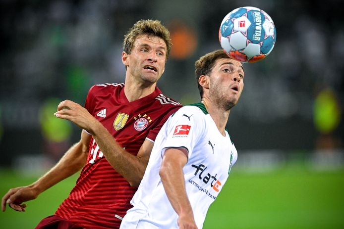 epa09412815 Moenchengladbach's Joe Scally (R) in action against Bayern's Thomas Mueller (L) during the German Bundesliga soccer match between Borussia Moenchengladbach and Bayern Muenchen in Moenchengladbach, Germany, 13 August 2021.  EPA/SASCHA STEINBACH CONDITIONS - ATTENTION: The DFL regulations prohibit any use of photographs as image sequences and/or quasi-video.