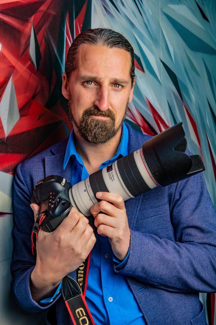 Rob Voss, docent Fotoacademie. Met zijn Canon camera.