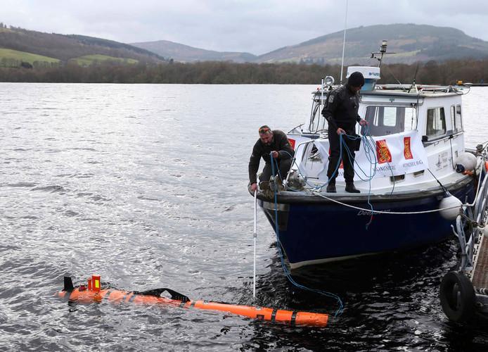 Munin, een intelligente marine-robot wordt te water gelaten om het monster van Loch Ness op te sporen.