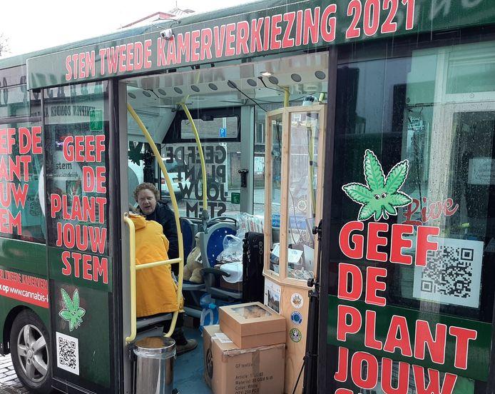 Coffeeshop-eigenaar Alex Meijer wordt geïnterviewd in de CannaStemBus, die dinsdagochtend in Tilburg staat.