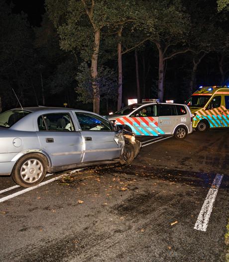 Auto vliegt uit de bocht in buitengebied Ommen, bestuurder naar het ziekenhuis