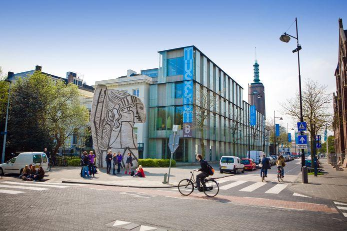 De glazen uitbouw van Museum Boijmans Van Beuningen, met daarvoor het betonnen beeld 'Sylvette' van Pablo Picasso.