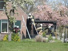 Dak woonboerderij en overkapping beschadigd door brand in Holten