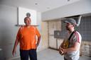 François Coune met zijn vader Christian, in het huis waar die laatste samen met zijn vrouw 37 uur moest wachten op hulpdiensten.