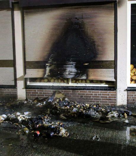 Schade bij cafetaria in Helmond door brandende kliko, niemand gewond