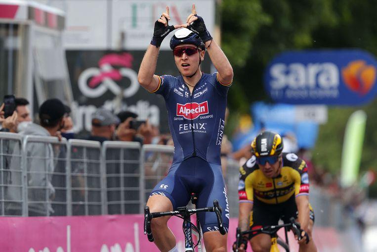 Alpecin-Felix-renner Tim Merlier viert zijn overwinning in de tweede etappe van de Giro d'Italia. Dylan Groenewegen finishte als vierde. Beeld AFP