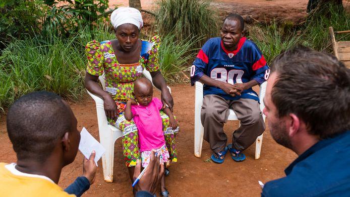 Onze reporter Kurt Wertelaers en fotograaf Benoit De Freine trokken eind april naar Congo en spraken er onder meer met Suriya en Usman, de biologische ouders van Zakiatyu die in ons land bij een adoptiegezin woont.