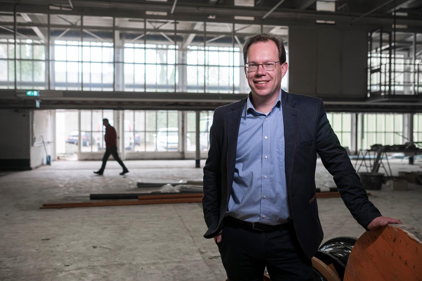 Bert Frölich, directeur van Kunstwerk!, in Hal12. De ruimte leent zich prima voor onder meer popconcerten en conferenties, vindt Frölich. Foto: Jan van den Brink