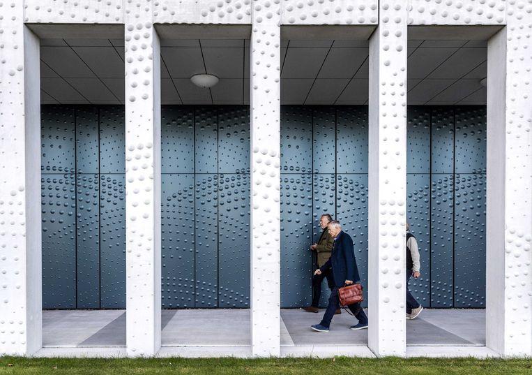 Nabestaanden arriveren bij het Jusitieel Complex Schiphol, waar de rechtszaak over het neerhalen van vlucht MH17 verdergaat.  Beeld ANP