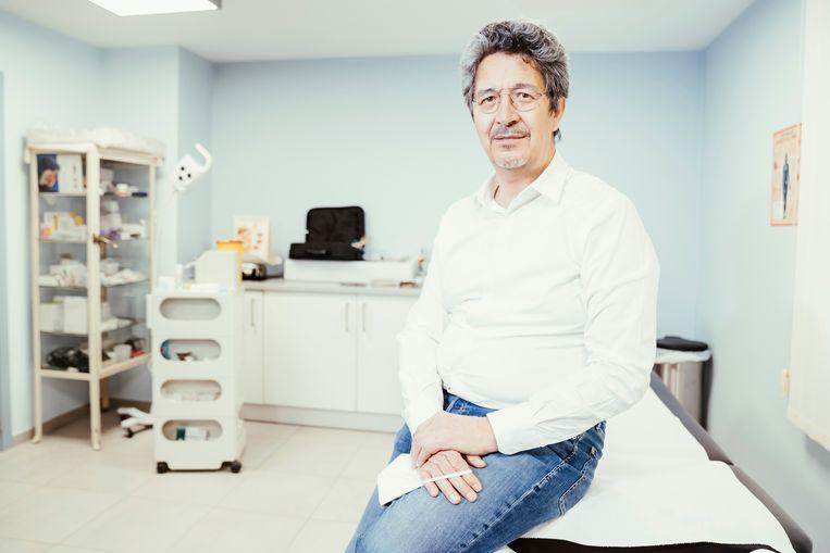 Sumio Yoshimi, huisarts in Koekelberg: 'Ik ben elke dag uren aan het bellen.Zo kostte het me acht telefoons om na een test een patiënte te bereiken die me een oud  nummer had gegeven.' Beeld © Stefaan Temmerman