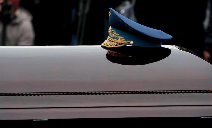 Een pilotenpet op de kist van Leonov. De ruimtevaarder werd 85 jaar.