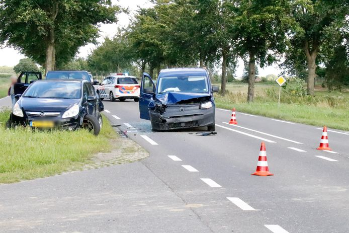 Op de N264 in Oeffelt zijn drie voertuigen met elkaar in botsing gekomen. Niemand raakte gewond.