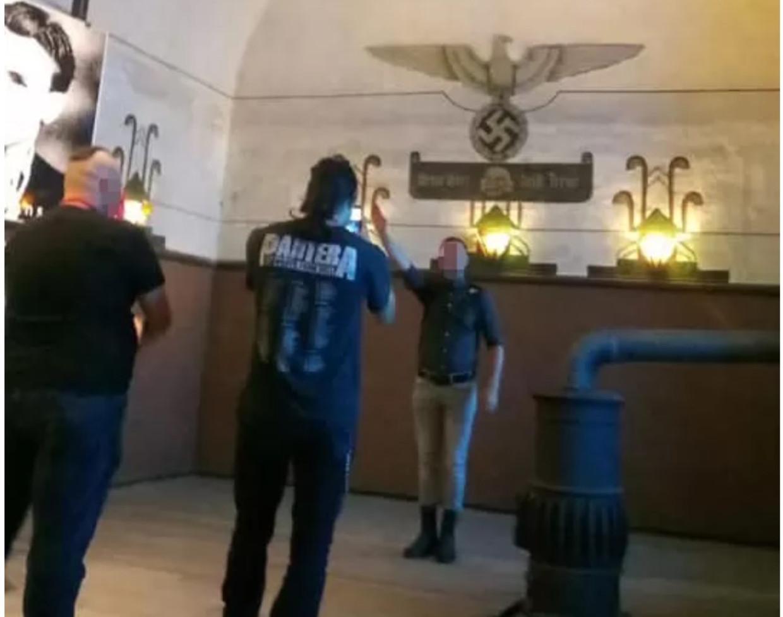 G. Verreycken brengt de nazigroet tijdens een bezoek van Right Wing Resistance aan Breendonk in augustus 2019.  Beeld rv