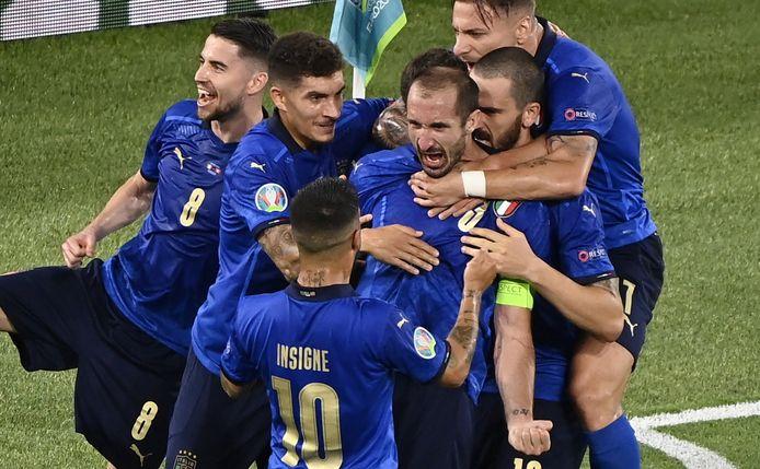 Giorgio Chiellini viert feest, maar zijn goal wordt afgekeurd.