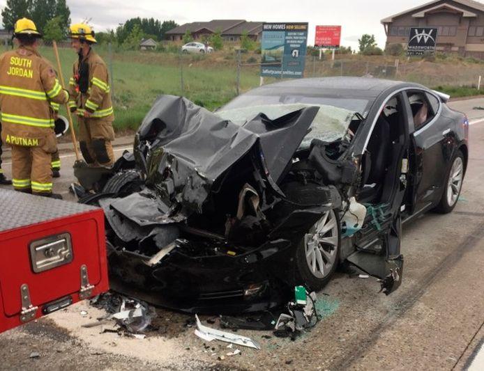 Een foto van de Amerikaanse politie van South Jordan, Utah. Een Tesla Model S crashte eerder dit jaar met de autopilot aan. Twee mensen raakten gewond. De eigenaar wist een seconde voor de crash nog het rempedaal in te duwen.