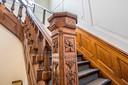 Naast de lage originele trapleuning werd vanwege de veiligheid een hogere demonteerbare trapleuning geplaatst.