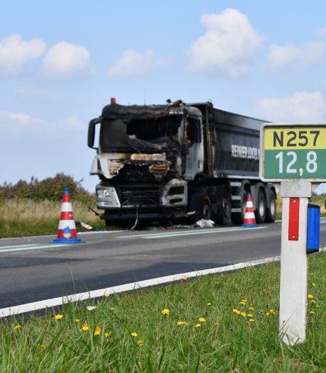 Cabine van vrachtwagen brandt volledig uit bij Flipland