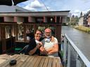 Ann Dengis en Eric Smout op het terras van hun Bar Juno aan de Stropkaai.
