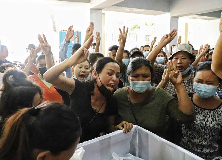 Rouw bij een begrafenis zondag in Yangon. Beeld Getty