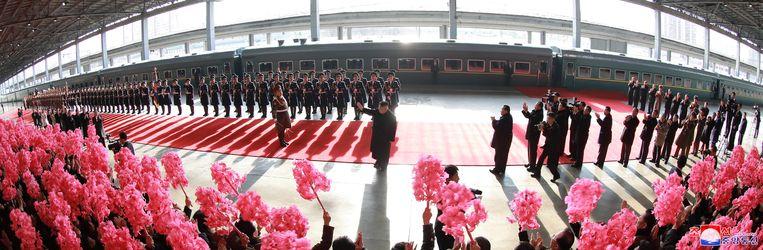 De Noord-Koreaanse leider Kim Jong-un zwaait voordat hij aan boord van een trein naar Hanoi (Vietnam) stapt. Beeld EPA