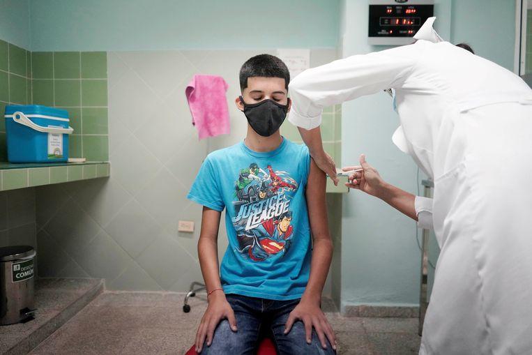 De 14-jarige Cristian wordt gevaccineerd in Havana, Cuba. Beeld REUTERS