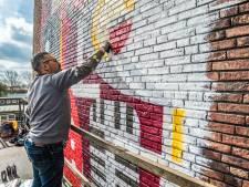 Micha de Bie maakt gigantisch kunstwerk op saaie muur