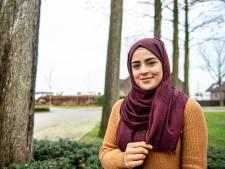 In 2017 kwam ze naar Nederland, nu is Iman (23) de eerste vrouw met hoofddoek in Rode Kruis-campagne