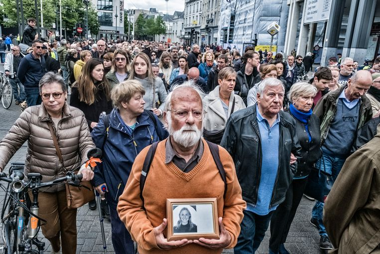 De dood van Julie Van Espen heeft zeker 15.000 mensen bijeengebracht in Antwerpen om met een stille mars te protesteren tegen seksueel geweld. De uitvaartplechtigheid vindt zaterdag plaats in Schilde.  Beeld Tim Dirven