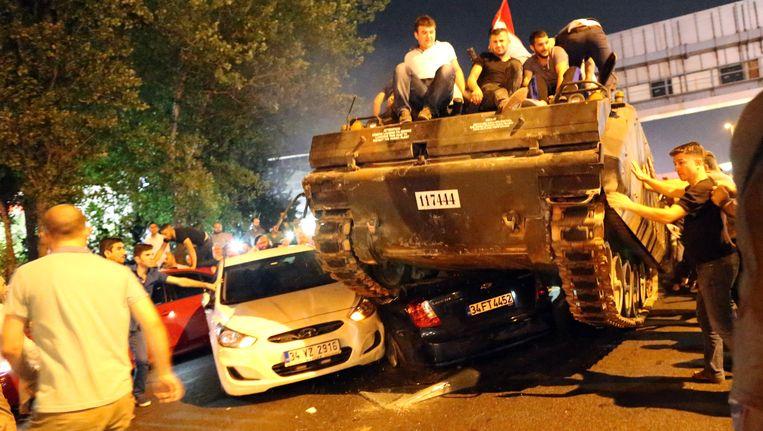 Een beeld uit Istanboel een jaar geleden, nadat Turken een tank hebben buitgemaakt op rebellerende soldaten.