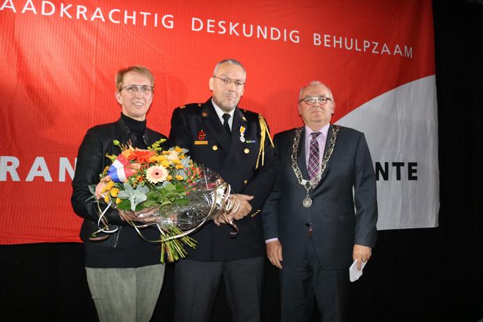 De versierselen voor Arjan van Brussel werden uitgereikt door burgemeester Arco Hofland.