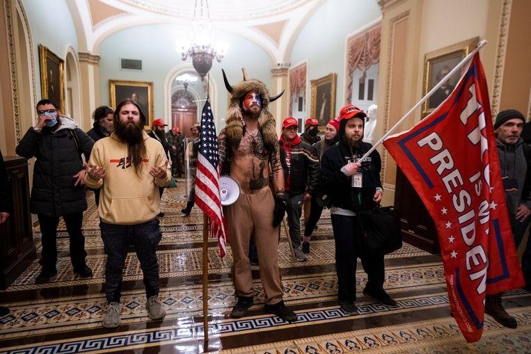 Aanhangers van Trump in de gebouwen van het Amerikaanse Congres.  Beeld EPA