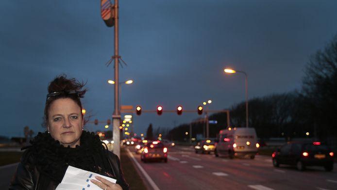 Anneke de Boom met een stapel bekeuringen voor te hard rijden