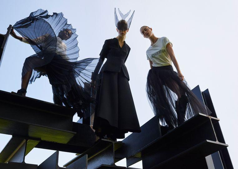 Outfits van de hand van Maria Grazia Chiuri voor het modehuis Dior. Rechts: kleding van Stella McCartney. Beeld Petrovsky & Ramone