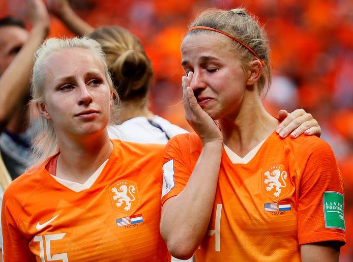 Inessa Kaagman troost Jackie Groenen na de verloren WK-finale in Lyon op 7 juli.