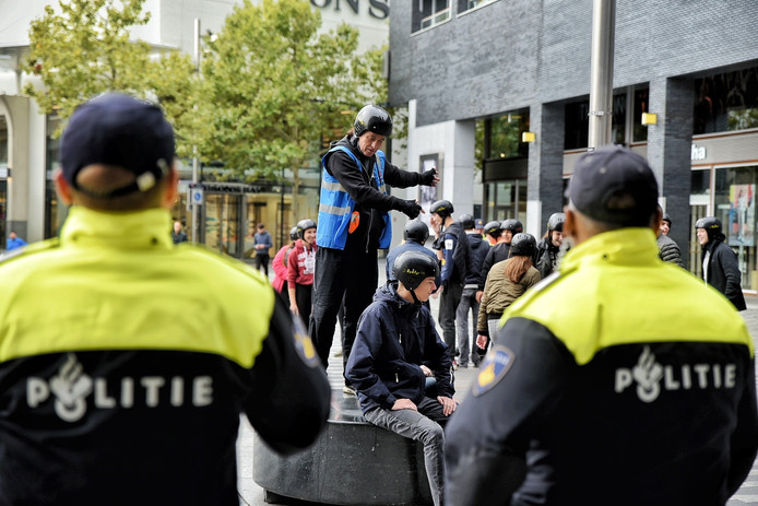 Politie en 'supporters' op het Pieter Vreedeplein voor de ME-oefening.