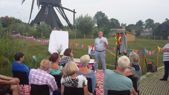 Voorzitter Leo Leijten lichtte vorig jaar de plannen toe voor een kinderboerderij in het Leerdamse Molenpark.