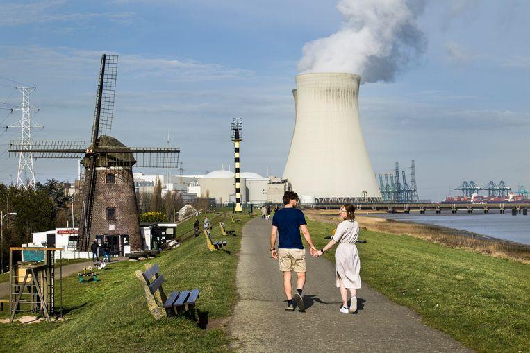 Een kerncentrale gelegen in de haven van Antwerpen, langs de linkeroever van de Schelde, nabij het dorpje Doel.    Beeld Arie Kievit