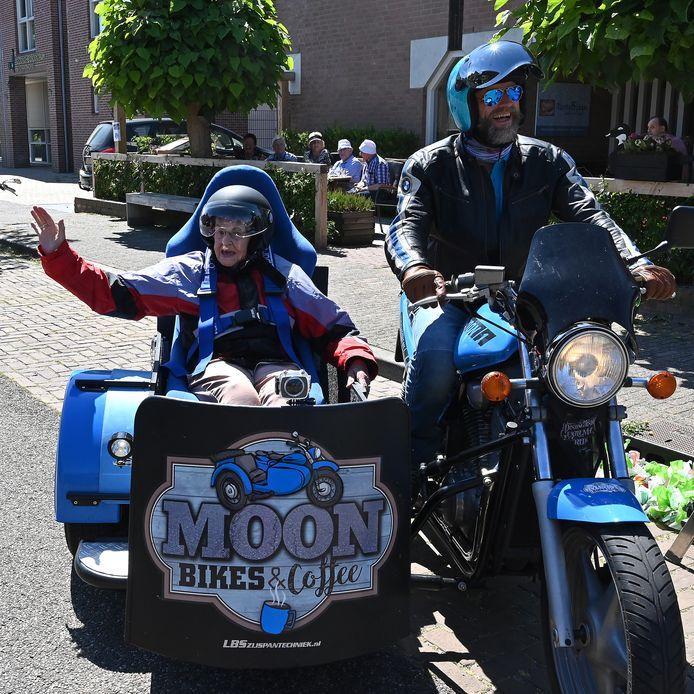 Marc Hurkens van Moon Bikes & Coffee met bijrijder Bep Romberg.