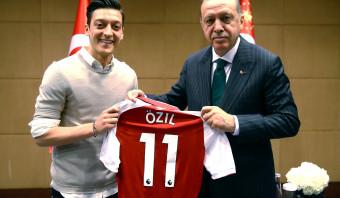 Topvoetballer Özil zet integratiedebat in Duitsland op scherp